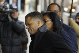 Former Chicago congressman Jesse Jackson Jr. (C) enters the U.S. District Federal Courthouse in Washington February 20, 2013. Jackson, son of the famed civil rights leader, plans to plead guilty to charges filed on 15 February accusing him of misusing $750,000 in campaign funds, his attorney said. Jackson's wife, Sandi Jackson, has also agreed to plead guilty to a related charge of filing false tax returns, according to her attorneys.  REUTERS/Gary Cameron )